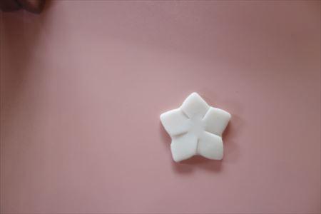 樹脂粘土をはさみで切り込みを入れる